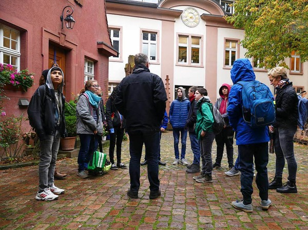 Im Hof der Münsterbauhütte: Die Schüler der Klasse 8 der Kirchzartener Zarduna-Schule trefffen sich mit Chef-Steinmetz Uwe Zäh.