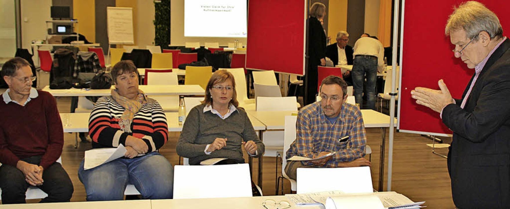 Moderator Roland Fritz im Gespräch mit Einwohnern  | Foto: Rolf Reißmann