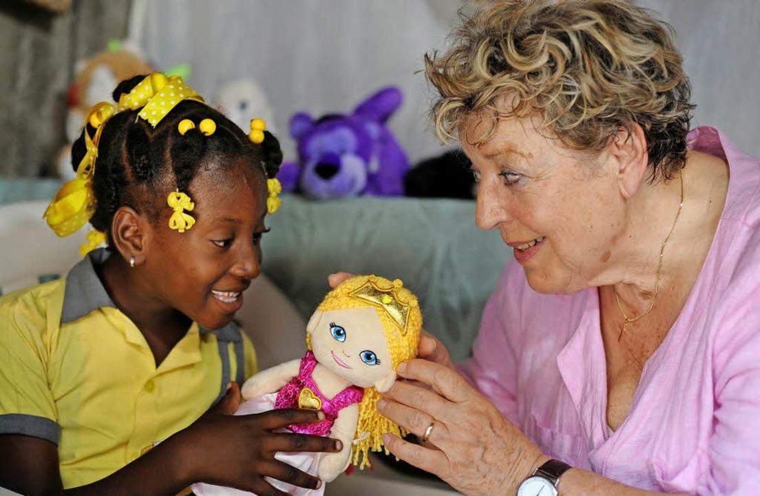 Hilfe nicht nur für Afrika: Die Fernse... Patenkind, die siebenjährige Alexis.   | Foto: Stephan Rumpf/Plan International/dpa