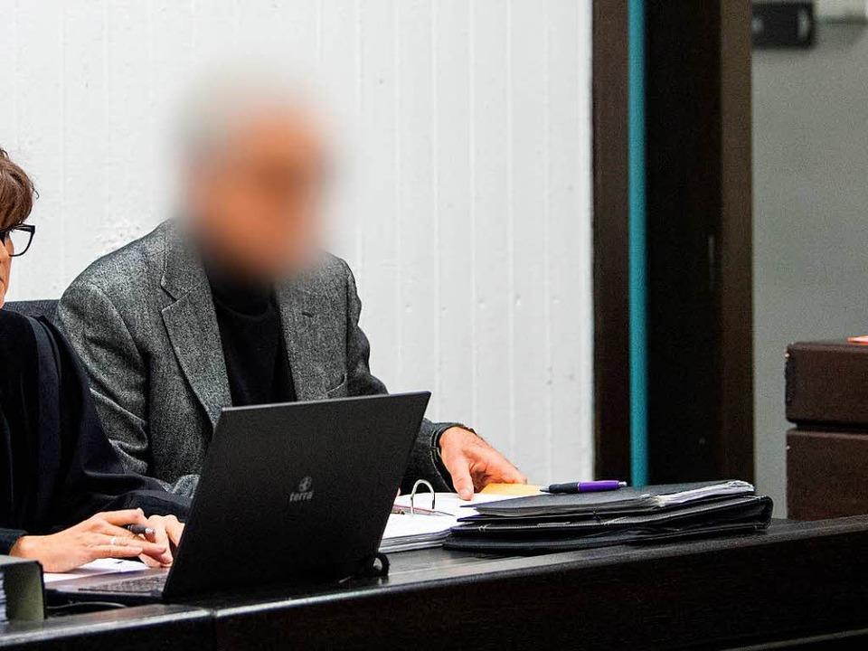 Der Angeklagte sitzt während dem Proze...werk vor dem Landgericht in Stuttgart.  | Foto: dpa