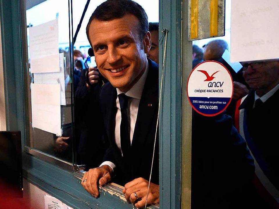 Der französische Präsident Emmanuel Ma... eines Besuchs zum Thema Stadtplanung.  | Foto: dpa