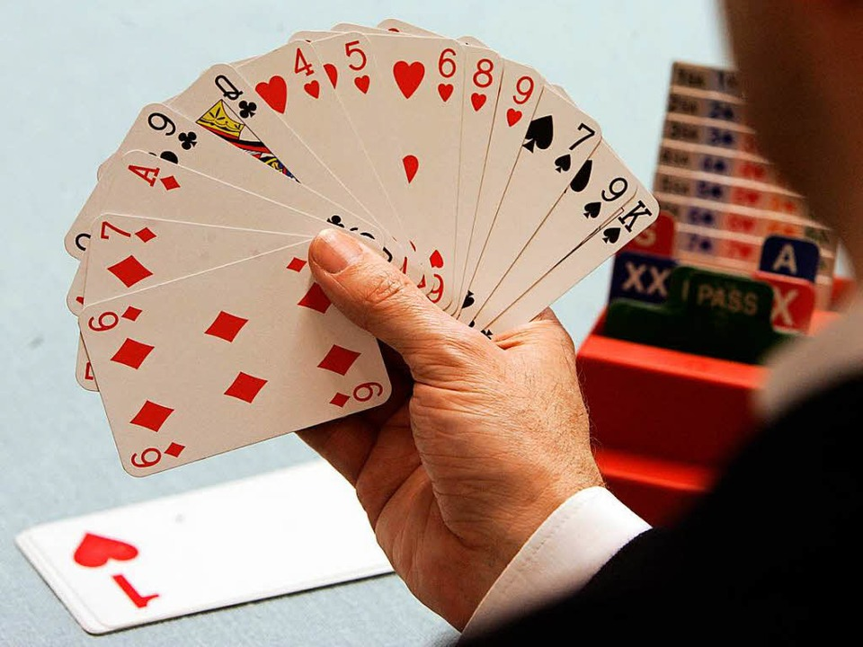 Blick in die Karten eines Bridge-Spielers  | Foto: Bernd Thissen/ dpa
