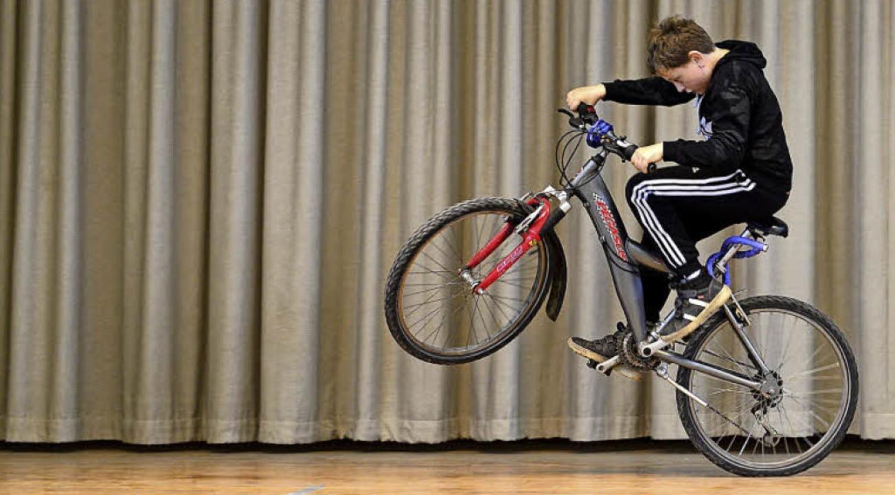 Leandro (10) und sein Mountainbike gehören zusammen.  | Foto: Ingo Schneider