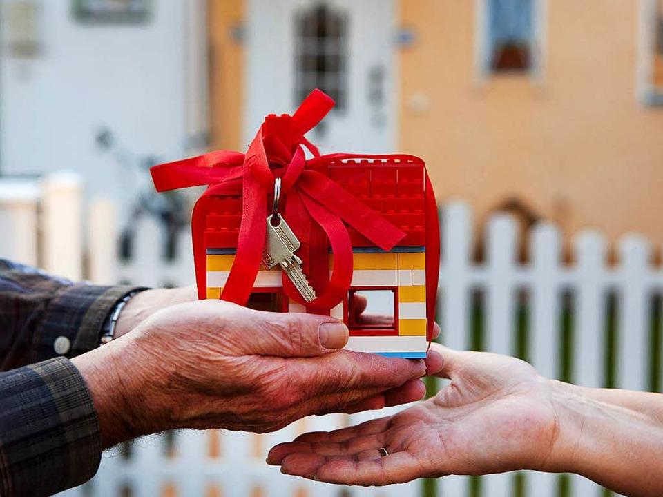 Hilft Erbschaftssteuer sparen: die Wei...ilie durch eine Schenkung zu Lebzeiten  | Foto: Silvia Marks