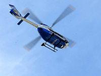 Polizeihubschrauber kreist über Freiburg, um Aufnahmen zu machen
