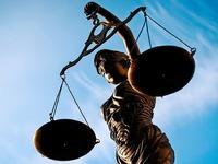 Ein Polizist streitet die gegen ihn erhobenen Vorwürfe ab