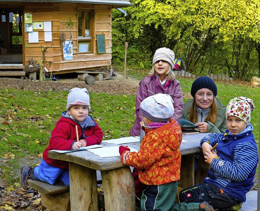 Gebastelt wird im Waldkindergarten nat... Lisa Götz mit einigen Wurzelkindern.     Foto:  Ute Schöler