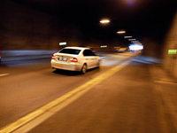 Kleinwagen kollidiert im Kappler Tunnel mit einer Metallwalze