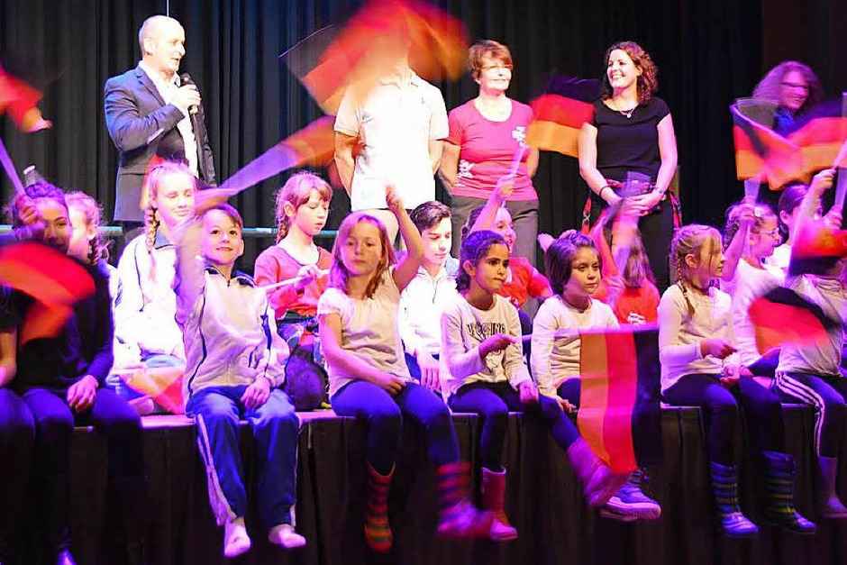 Nicht nur die Akteure auf der Bühne waren beim Herbstball im Rheinfelder Bürgersaal in Bewegung. (Foto: Horatio Gollin)