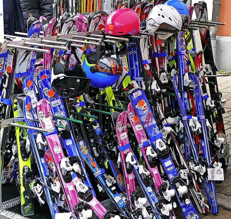 Ski kaufen konnte man bei privaten und...blichen Anbietern in der Lange Straße.  | Foto: Sylvia Sredniawa