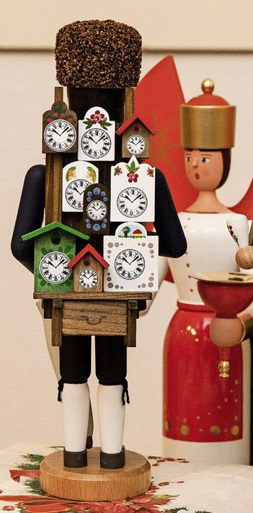 Schwarzwälder Uhrenträger, hergestellt im Erzgebirge.  | Foto: Gabriele Zahn