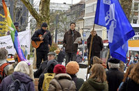 Menschen demonstrieren gegen die atomare Bedrohung