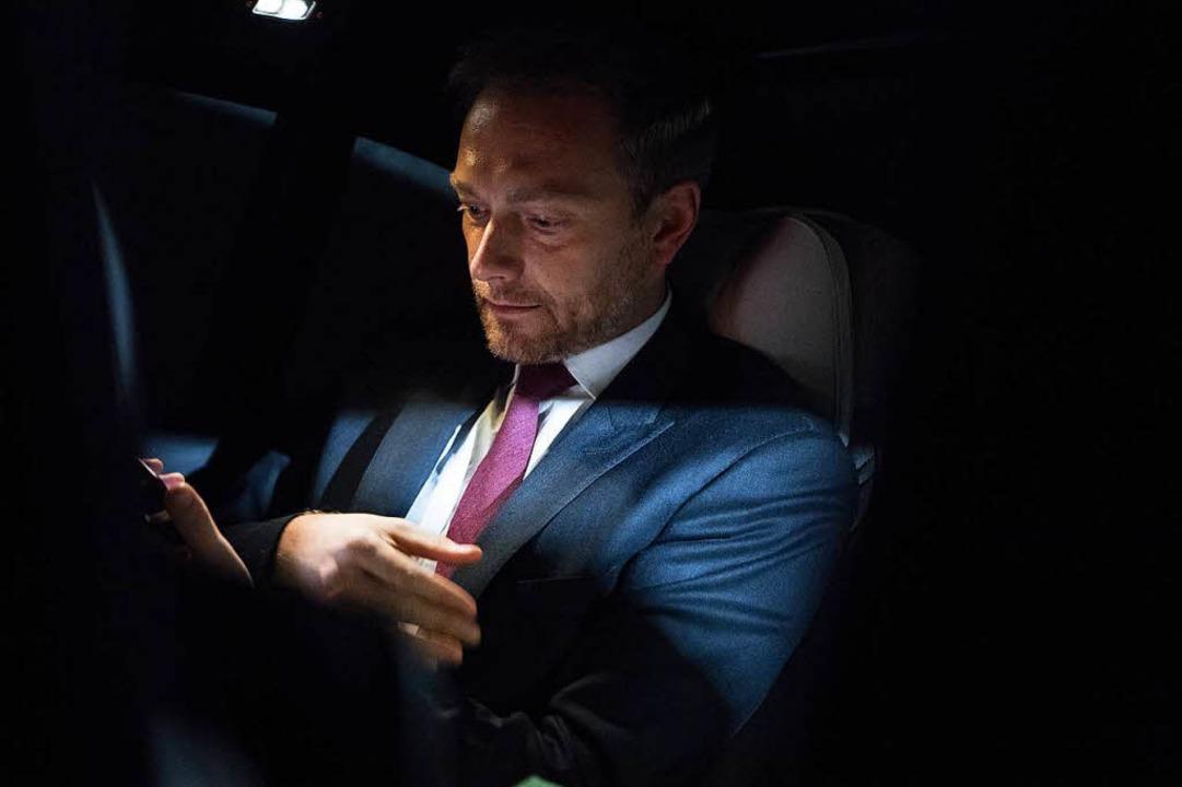 Christian Lindner sitzt nach dem Scheitern der Sondierungen in seinem Auto.  | Foto: dpa
