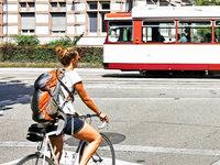 Radlerin kollidiert in der Basler Straße mit Straßenbahn