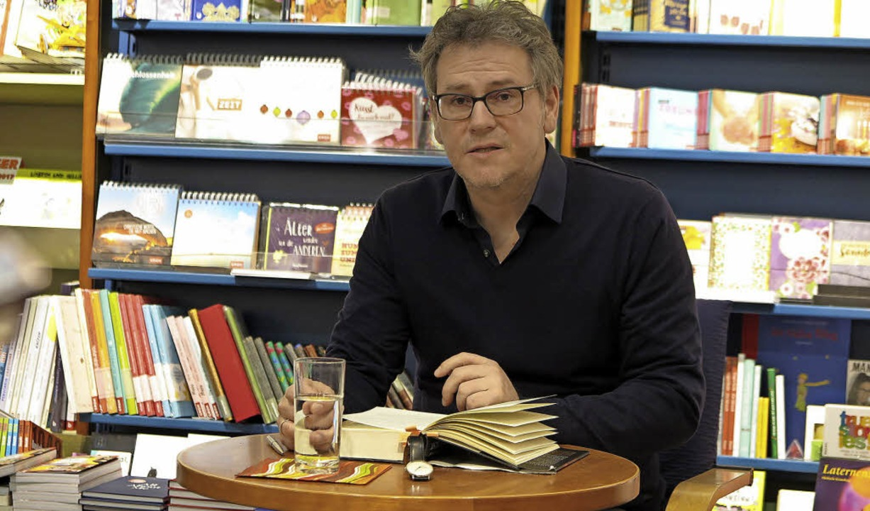 Oliver Bottini bei seiner Lesung in der Müllheimer Buchhandlung Beidek   | Foto: dorothee Philipp