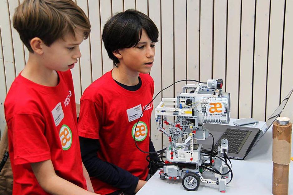 In verschiedenen Wettbewerben traten die Roboter gegeneinander an. Sie mussten Kerzen löschen, Tischtennisbälle abladen und Linien abfahren. (Foto: Aaron Hohenfeld)