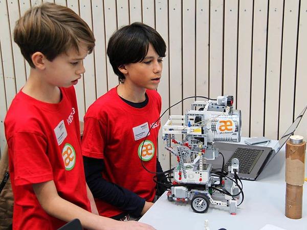 In verschiedenen Wettbewerben traten die Roboter gegeneinander an. Sie mussten Kerzen löschen, Tischtennisbälle abladen und Linien abfahren.