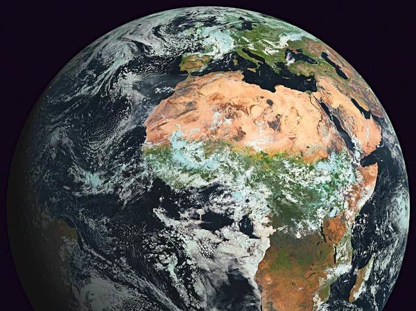 """Bildtitel: """"Europas Platz auf der Erde"""".  Auch aus einer Entfernung von 36.000 Kilometern, in der die Aufnahme des Wettersatelliten Meteosat gemacht wurde, sind einige der Eigenschaften des Kontinents gut zu erkennen."""