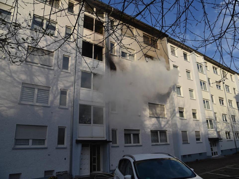 Brand in einem Wohnblock in der Lörracher Wintersbuckstraße.  | Foto: Martin Eckert