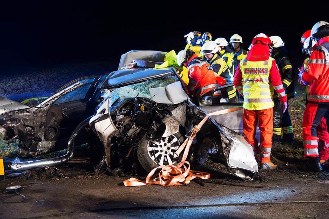 Die Retter mussten das Unfallopfer aus einem völlig zerstörten Wrack befreien.  | Foto: Volker Münch