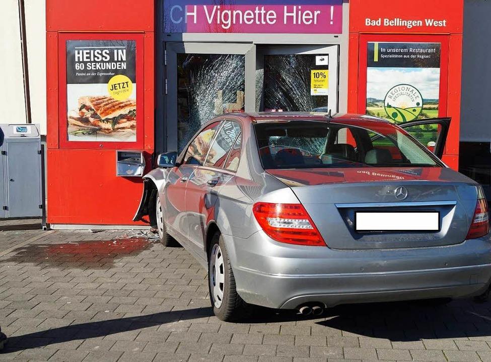 Durch die Glastür gekracht: Eine 71-Jä...baute einen Unfall mit ihrem Mercedes.  | Foto: Polizei