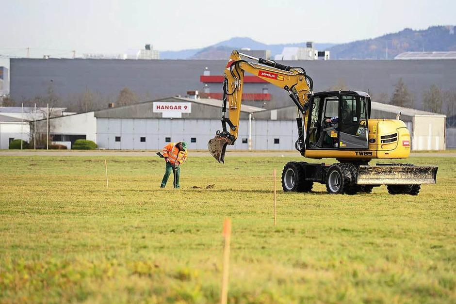 Auf dem Freiburger Flugplatzgelände hat die Kampfmittelräumung begonnen. Eine Fachfirma hat das Baufeld für das geplante Fußballstadion sondiert, jetzt arbeitet ihr Räumtrupp die Stellen ab, an denen eisenhaltige Gegenstände im Boden liegen. (Foto: Ingo Schneider)