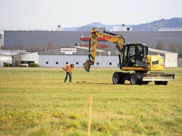 Auf dem Freiburger Flugplatzgelände hat die Kampfmittelräumung begonnen. Eine Fachfirma hat das Baufeld für das geplante Fußballstadion sondiert, jetzt arbeitet ihr Räumtrupp die Stellen ab, an denen eisenhaltige Gegenstände im Boden liegen.