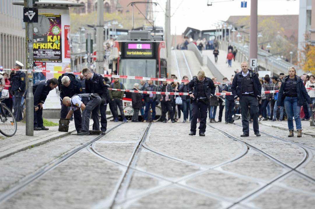 Polizeiabsperrung am Cinemaxx: Der Ein...iburg. Fußgänger mussten Umwege gehen.  | Foto: Ingo Schneider