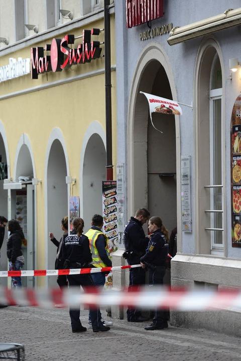 Polizisten befragen Zeugen.  | Foto: Ingo Schneider