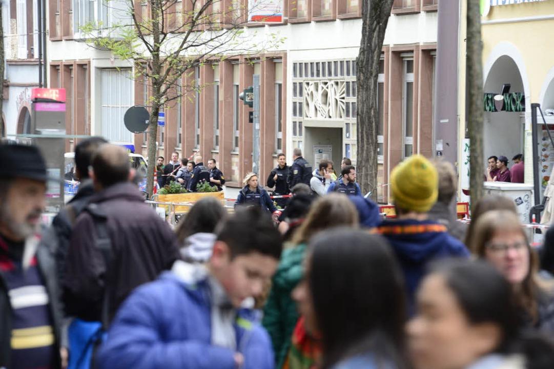 Viele Menschen waren auf der wichtigen...ahnhof und Bertoldsbrunnen  unterwegs.  | Foto: Ingo Schneider