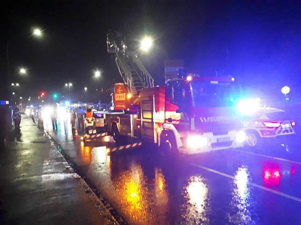 Die Feuerwehr war mit fünf Einsatzfahrzeugen vor Ort.  | Foto: Erika Bader
