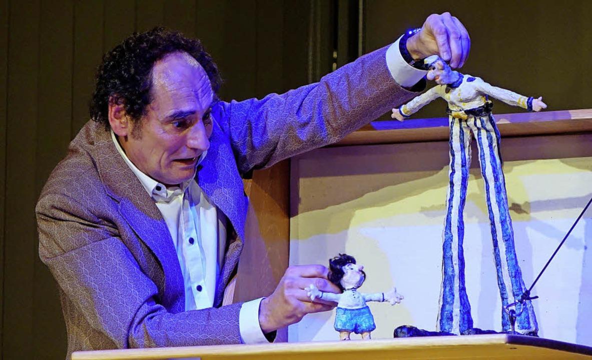 Lars Frank ist Puppenspieler und Schauspieler zugleich.  | Foto: Roswitha Frey