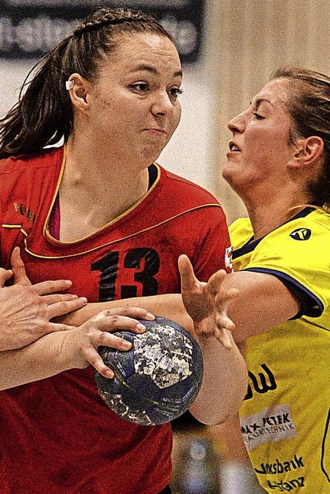 Festgezurrt: die Freiburgerin Carolin Spinner (links) gegen Allensbach   | Foto: Patrick Seeger