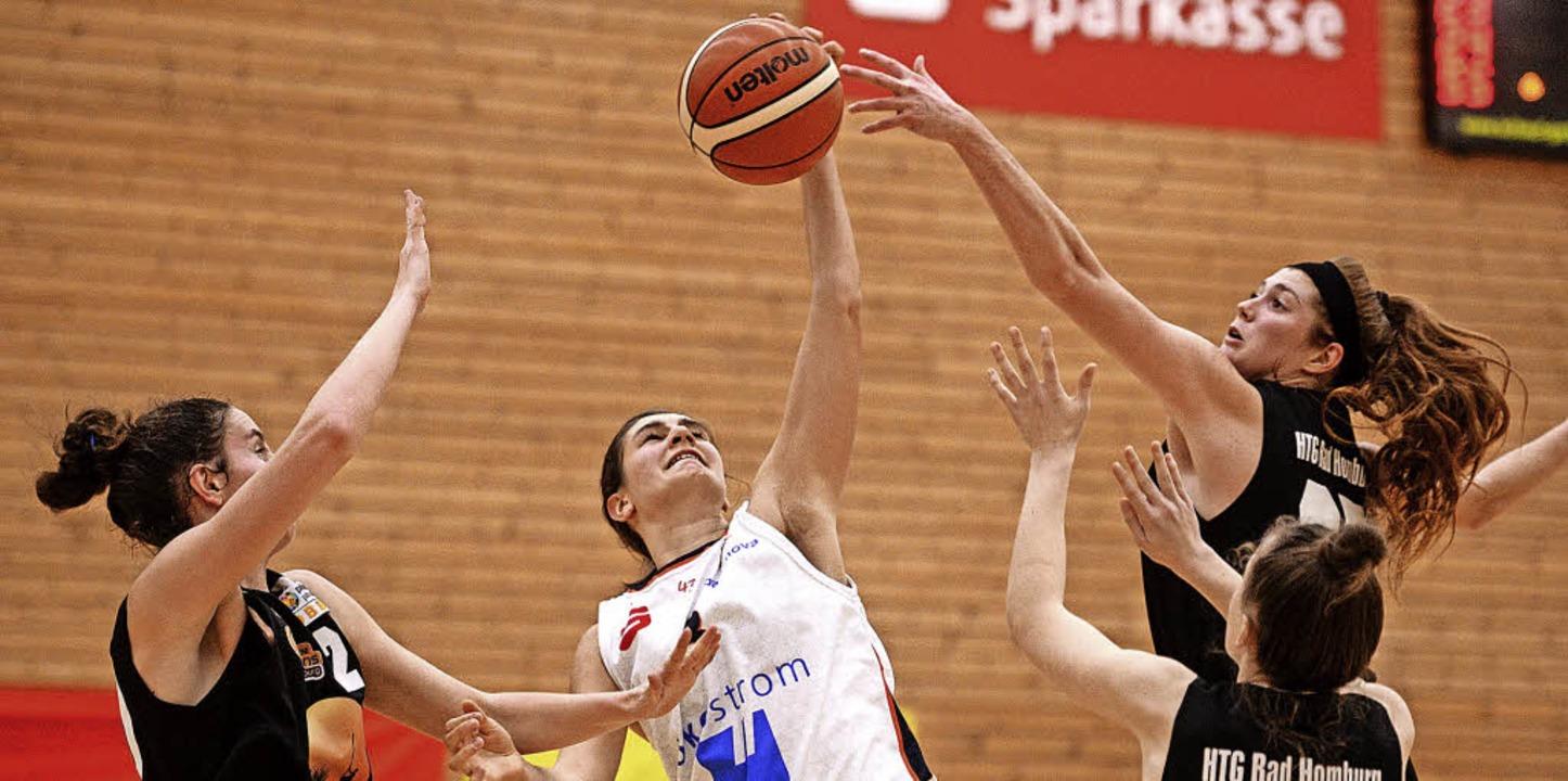 Hände hoch: USC-Spielerin Laura Zdrave...gegen drei Bad Homburger Spielerinnen   | Foto: Patrick Seeger