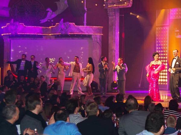 Auf die Besucher warten ein von Sternekoch Peter Hagen-Wiest kreiertes Vier-Gänge-Menü und eine Show mit Tanz, Akrobatik, Musik und Comedy.