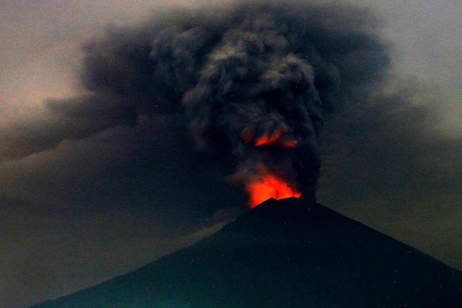 Eine riesige Rauchsäule steigt in Karangasem, Bali (Indonesien), über dem Vulkan Mount Agung auf. (Foto: dpa)
