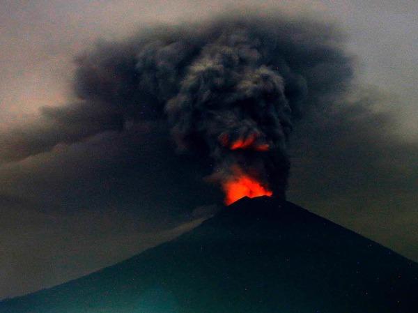 Eine riesige Rauchsäule steigt in Karangasem, Bali (Indonesien), über dem Vulkan Mount Agung auf.