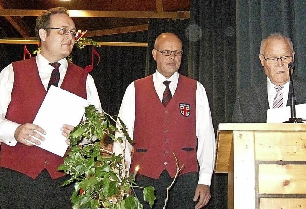 Georg Mayer ehrt Achim Fehr und Christ...(rechts) für langjährige Vereinstreue.  | Foto: Hartwig Kluge