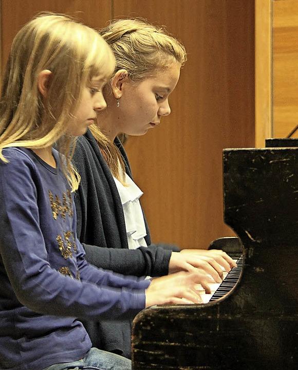 Nele Freiensehner und Alina Libor vierhändig am Klavier.   | Foto: Aaron Hohenfeld