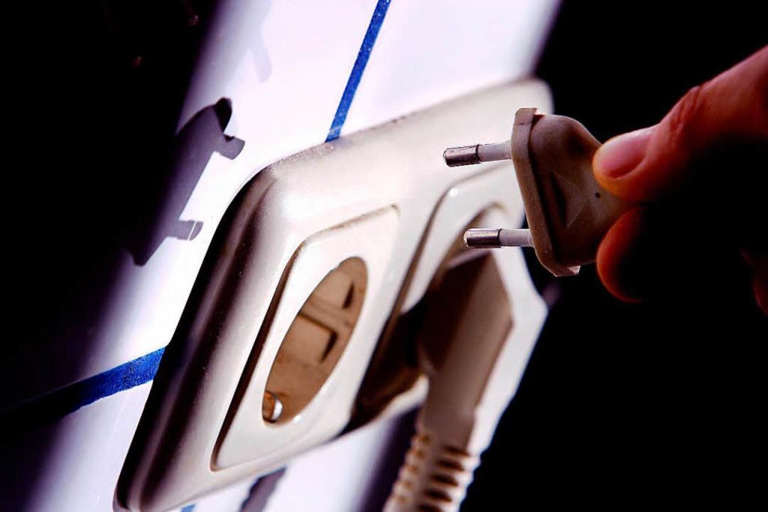 Wer heimlich Steckdosen anzapft, deren... bezahlt wird, riskiert die Kündigung.  | Foto: dpa