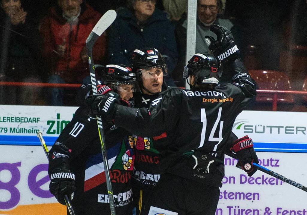 EHC-Torschütze Radek Duda (Mitte) beju...Meyer (links) und Jakub Babka das 2:0.  | Foto: Patrick Seeger