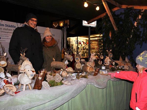 Originell: Aus Balingen am Kaiserstuhl kamen Joscha Mattmüller und seine Freundin Tabea Baierle, die erstmals in Löffingen ihre aus kleinen Baumstämmen gefertigten Hirsche, Wildschweine und Schafe anboten.