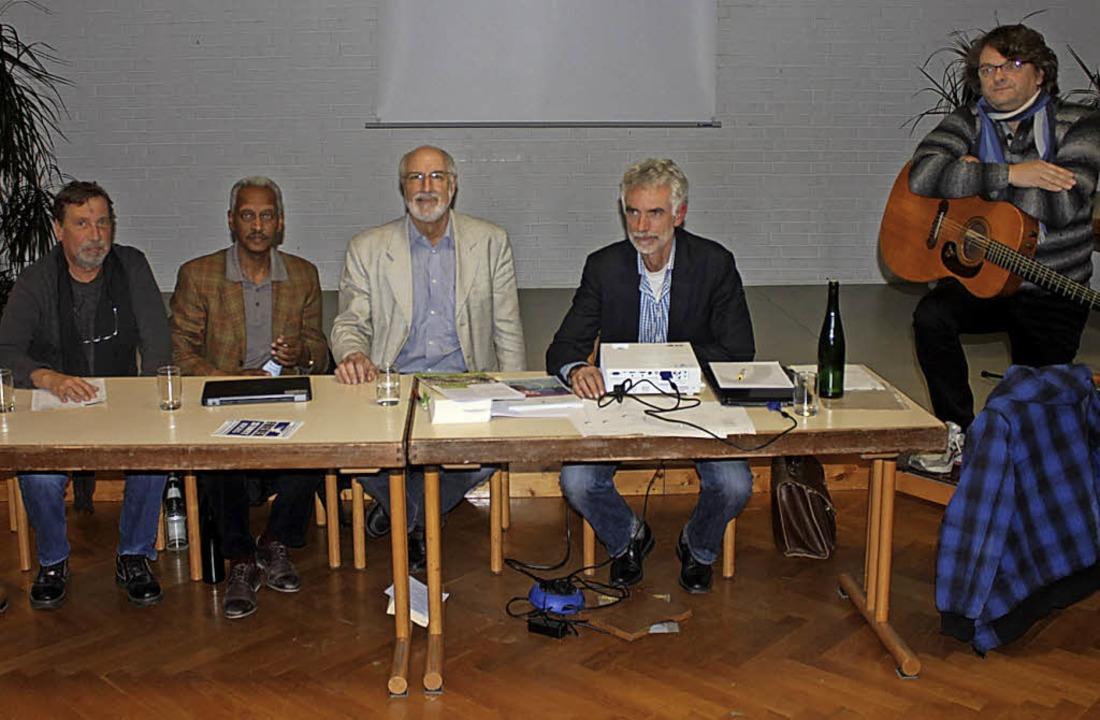 Das Podium:  Uli Rodewald, Kiflemariam..., ganz rechts Musiker Wolfgang Gerbig   | Foto: stahlhacke