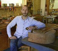 Henry Reddmann fertigt aus historischen Treibriemen neue Gürtel
