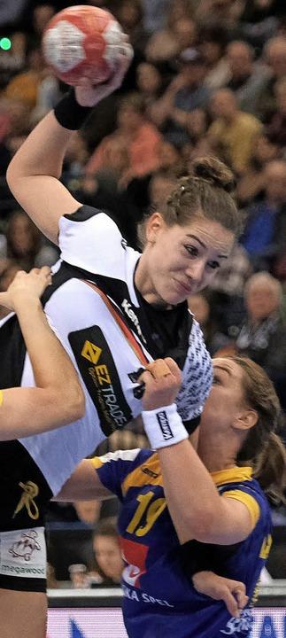 Die 19-jährige Emily Bölk ist das Küke... den bislang letzten Weltmeistertitel.  | Foto: dpa