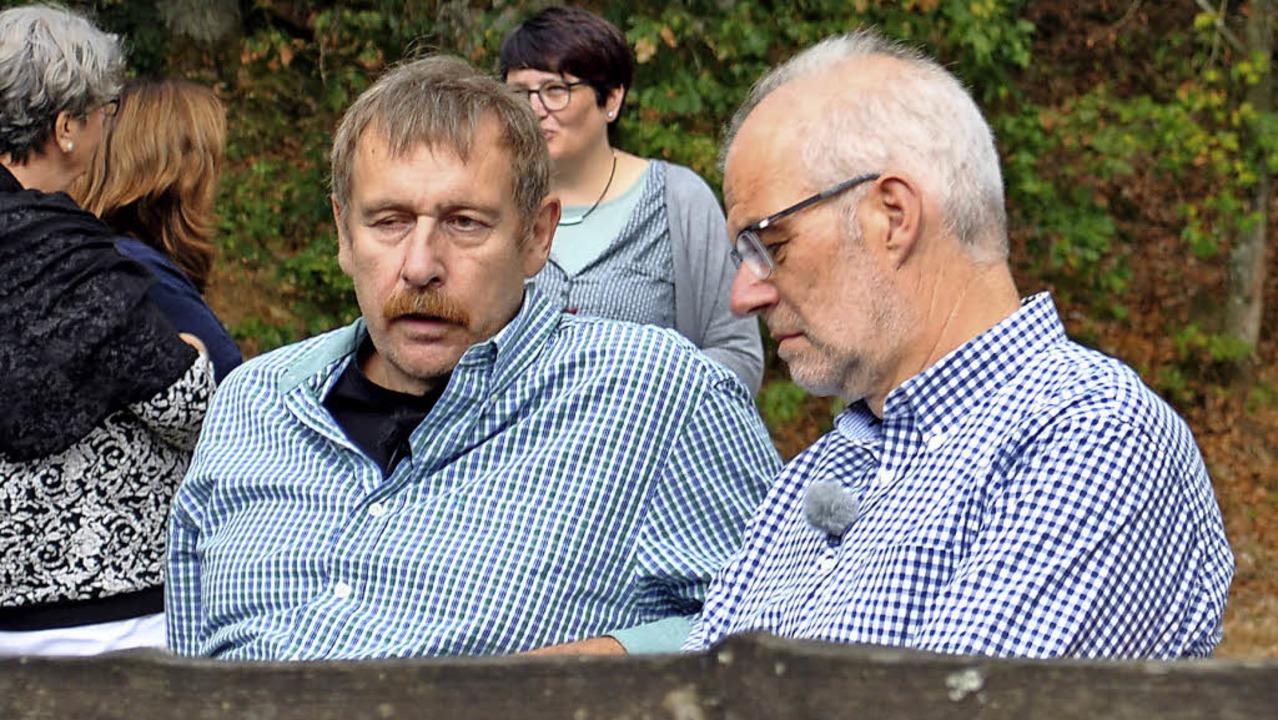 Arnulf Meffle und Wolfgang Heppelmann ...tenau waren seine Autogramme gefragt.   | Foto: Wolfram Köhli