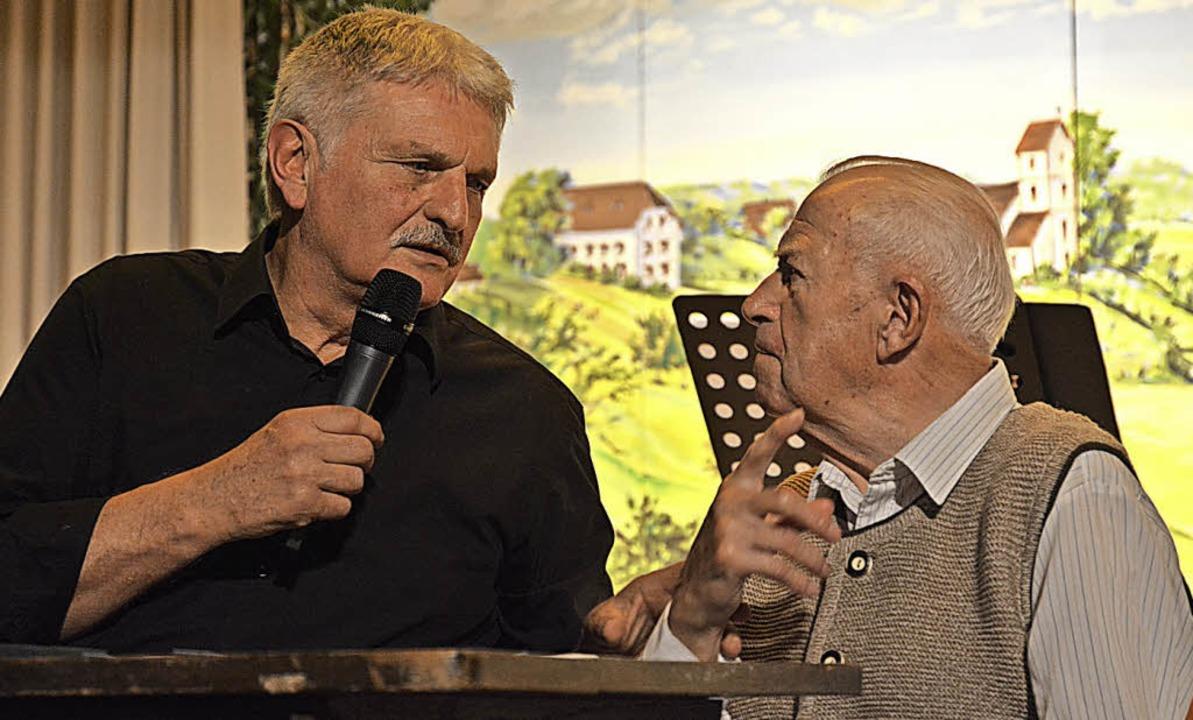 Jürgen Schneider im Gespräch mit &#822...zeugen, dem 90-jährigen Georg Mellert.  | Foto: Benedikt Sommer