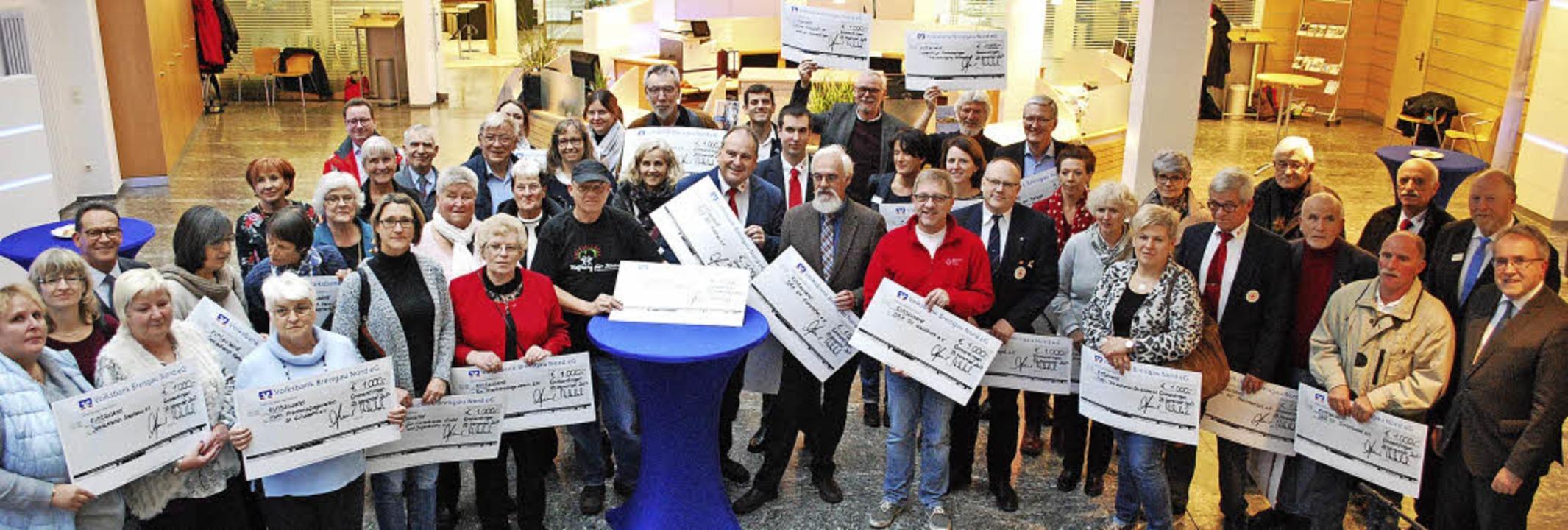 Die Vertreter von 45 sozialen Vereinen...tsspende der Volksbank Breisgau Nord.   | Foto: Sylvia-Karina Jahn