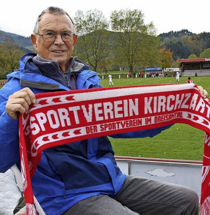 Lothar Worlitz mit seinem Fanschal auf dem Fußballplatz  | Foto: Andreas Peikert