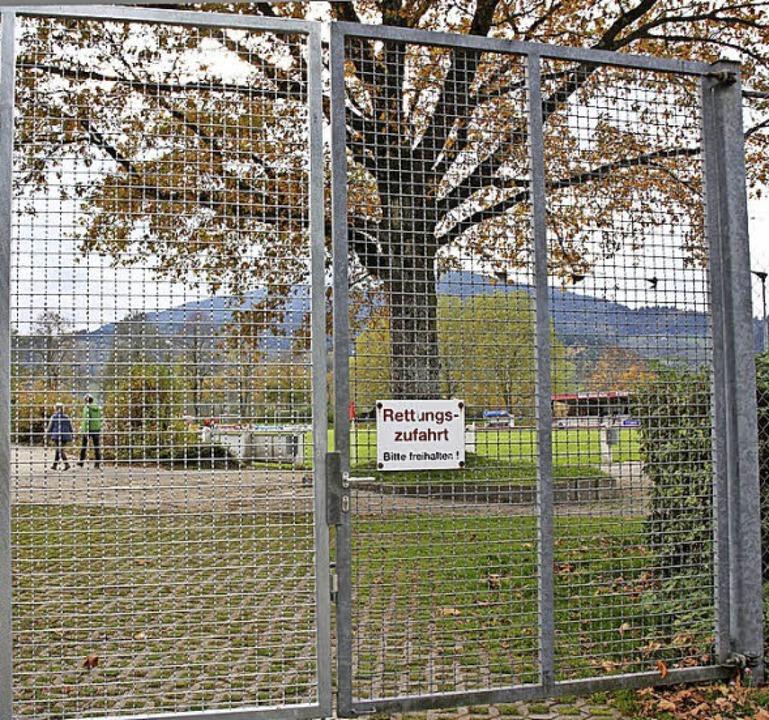 Das Zufahrts-Tor zum Stadion an der Oberrieder Straße in Kirchzarten  | Foto: Andreas Peikert